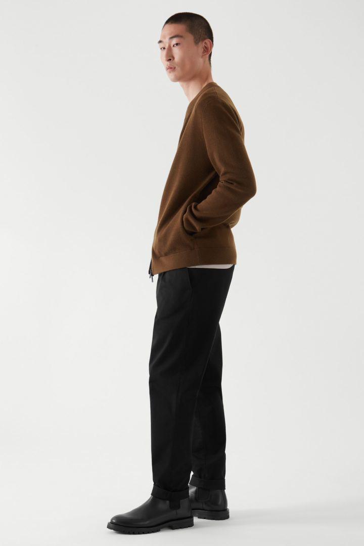 COS 레귤러 핏 집업 가디건의 다크 번트 오렌지컬러 ECOMLook입니다.