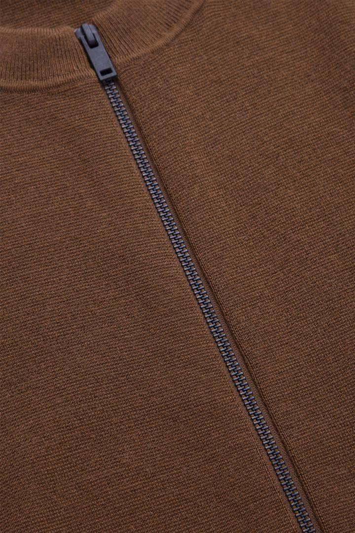 COS 레귤러 핏 집업 가디건의 다크 번트 오렌지컬러 Detail입니다.