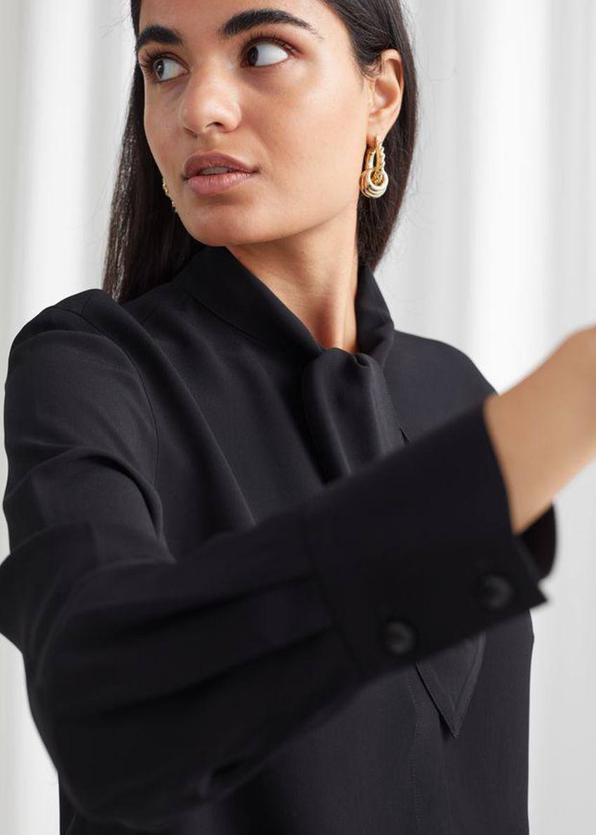 앤아더스토리즈 새틴 넥 보우 블라우스의 블랙컬러 Product입니다.