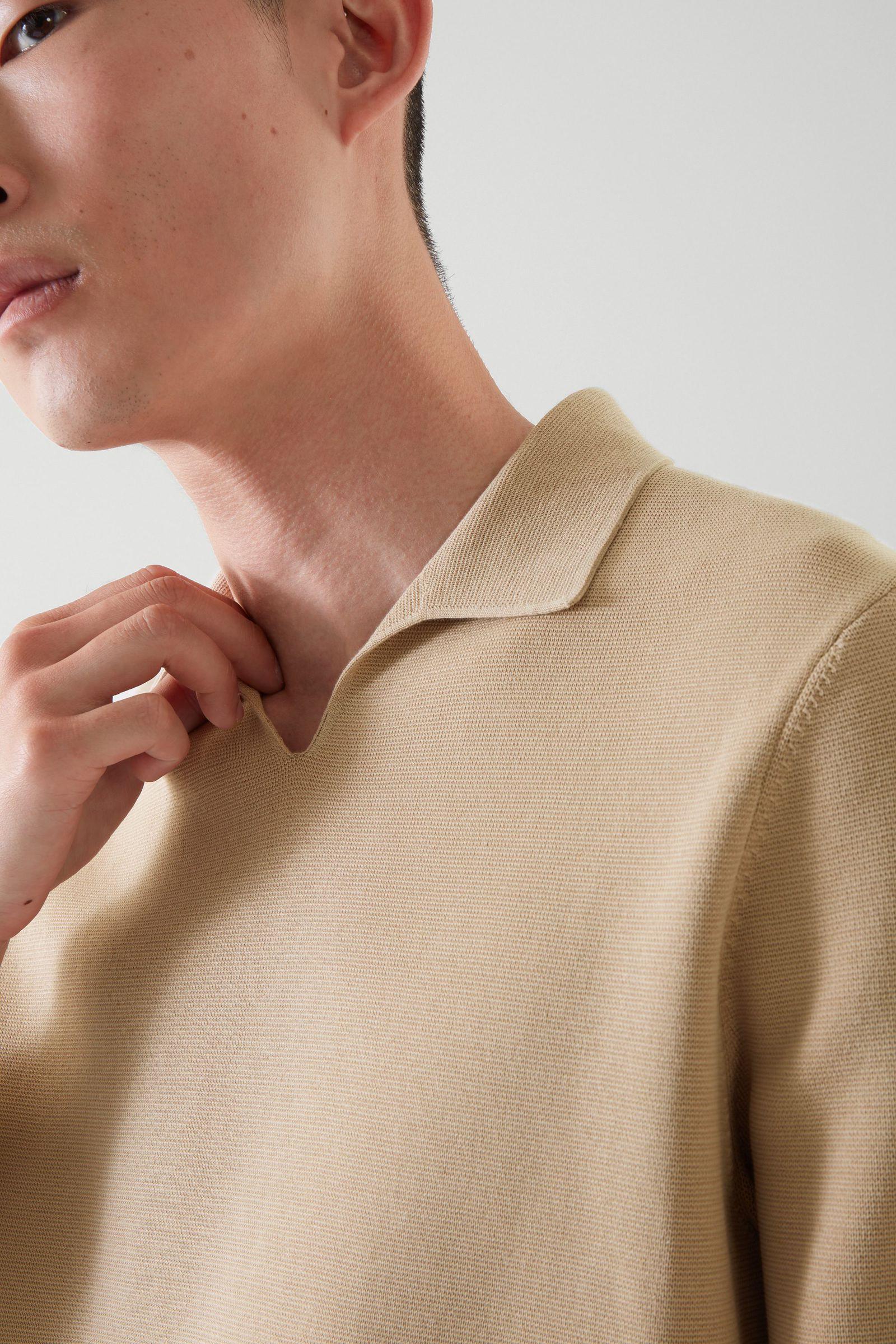 COS 오픈 칼라 폴로 셔츠의 베이지컬러 ECOMLook입니다.
