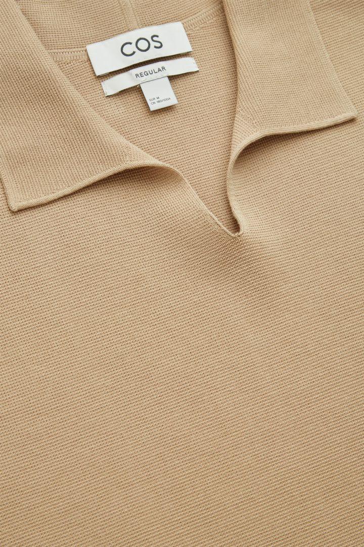 COS 오픈 칼라 폴로 셔츠의 베이지컬러 Detail입니다.