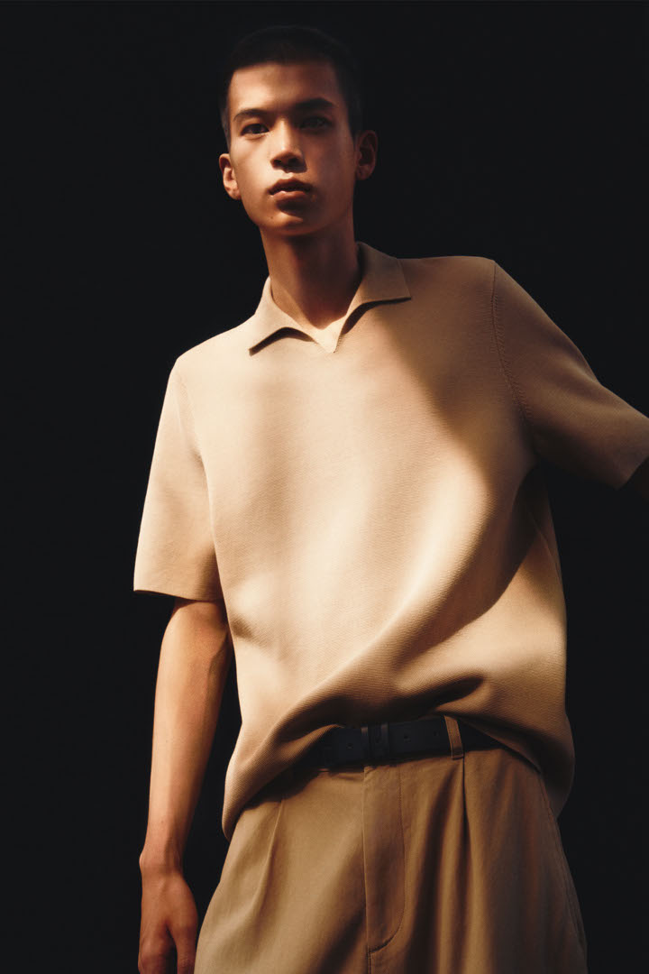 COS 오픈 칼라 폴로 셔츠의 베이지컬러 Environmental입니다.
