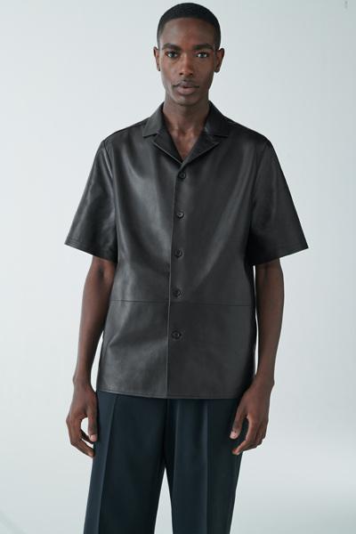 COS hover image 1 of 블랙 in 쇼트 슬리브 레더 셔츠