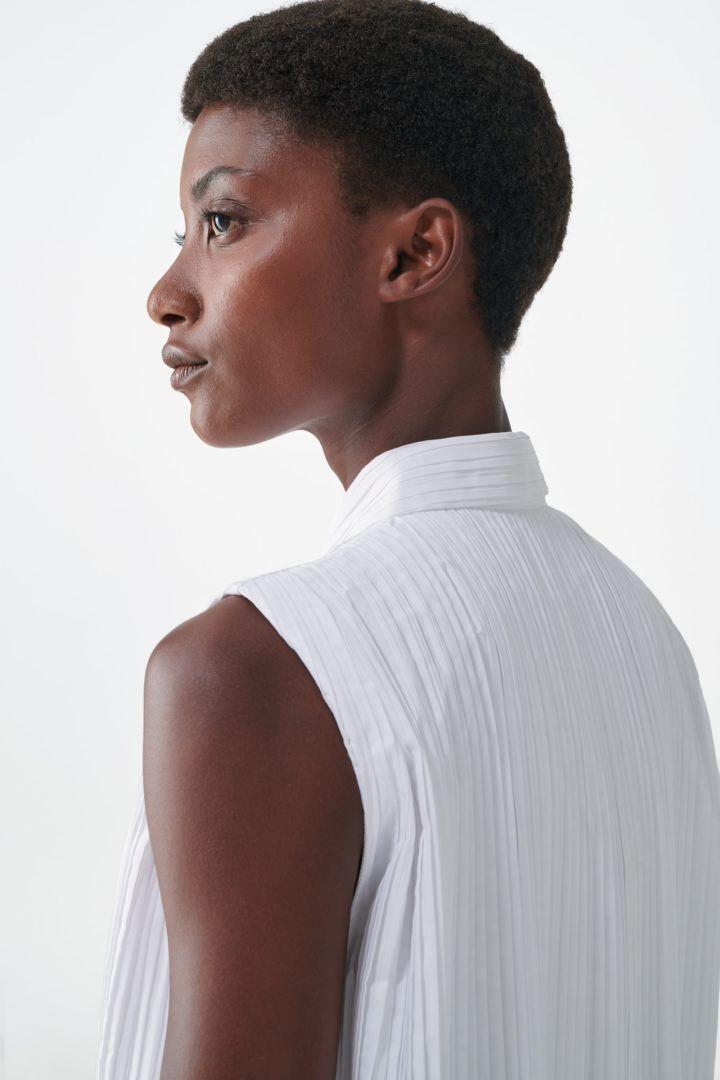 COS 슬리브리스 플리티드 셔츠 드레스의 화이트컬러 ECOMLook입니다.