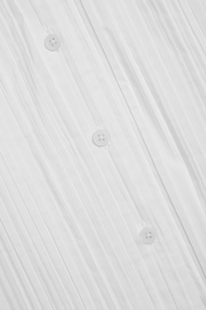 COS 슬리브리스 플리티드 셔츠 드레스의 화이트컬러 Detail입니다.