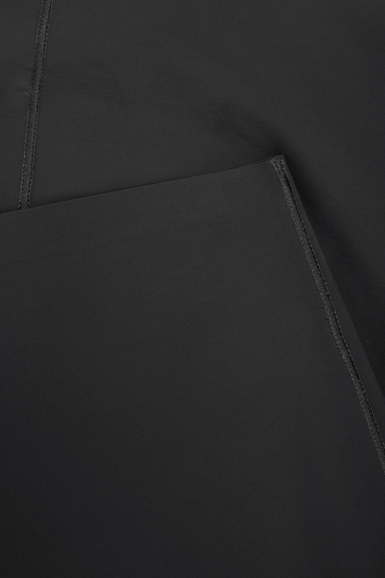 COS 리사이클 나일론 언더스커트의 블랙컬러 Detail입니다.