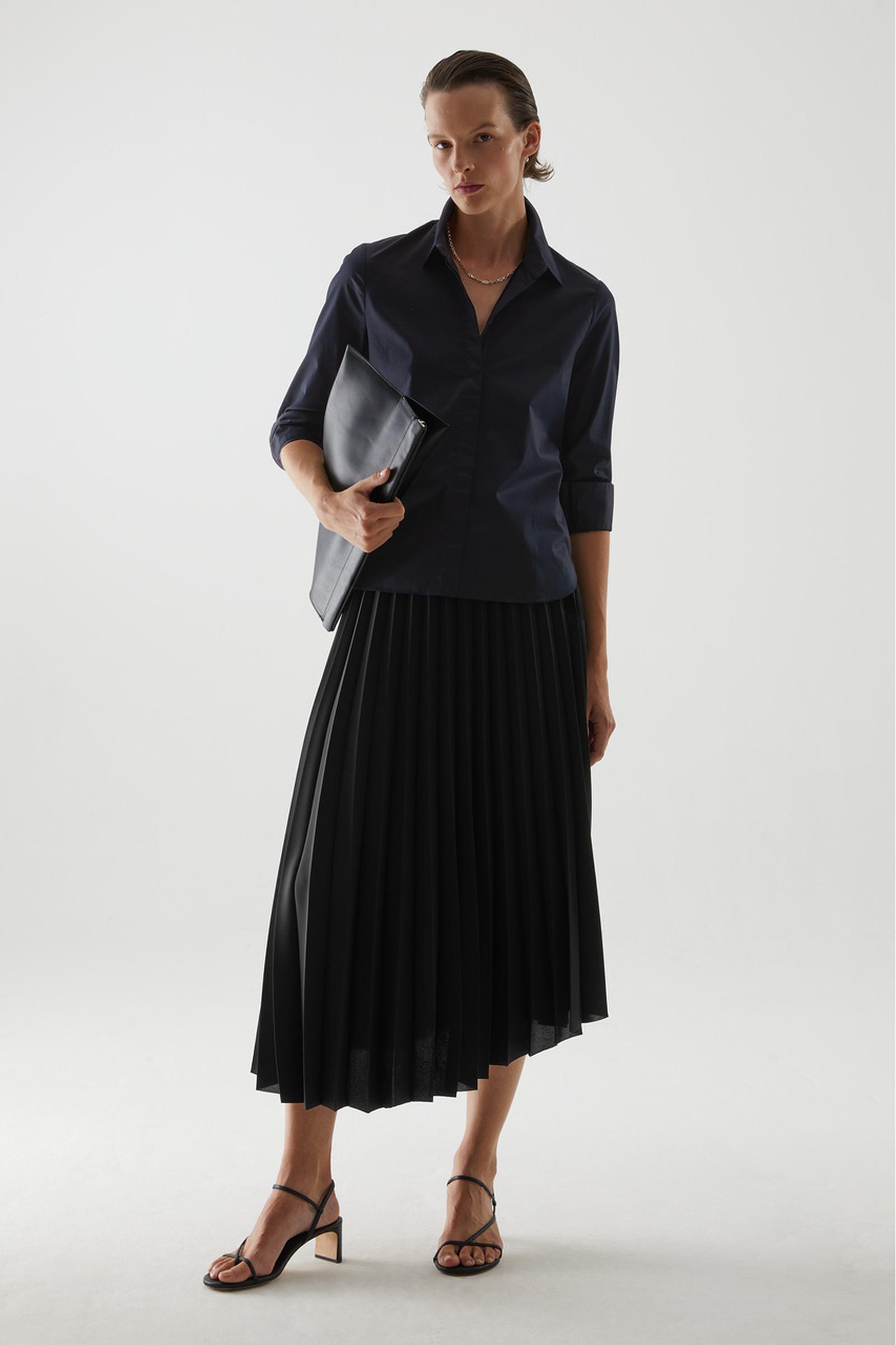 COS 코튼 슬림 핏 셔츠의 블루컬러 ECOMLook입니다.