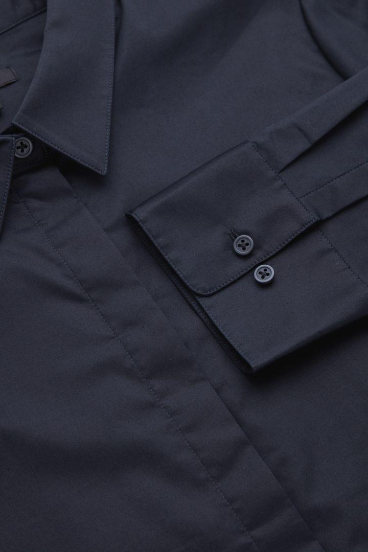 COS 코튼 슬림 핏 셔츠의 블루컬러 Detail입니다.