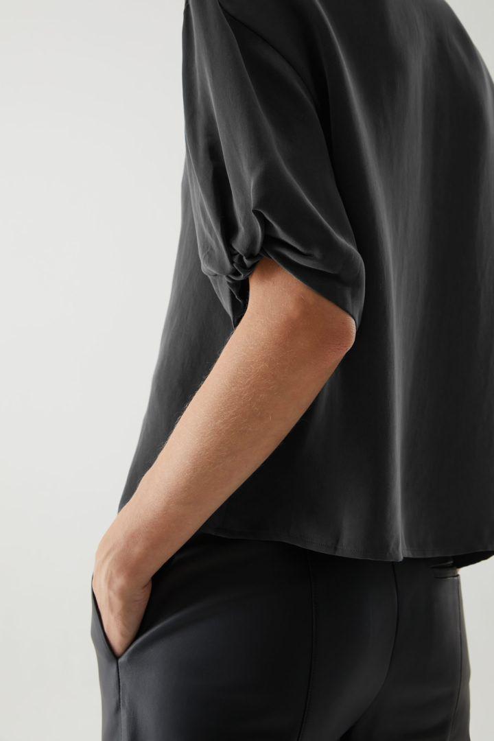 COS 쇼트 퍼프 슬리브 셔츠의 블랙컬러 ECOMLook입니다.