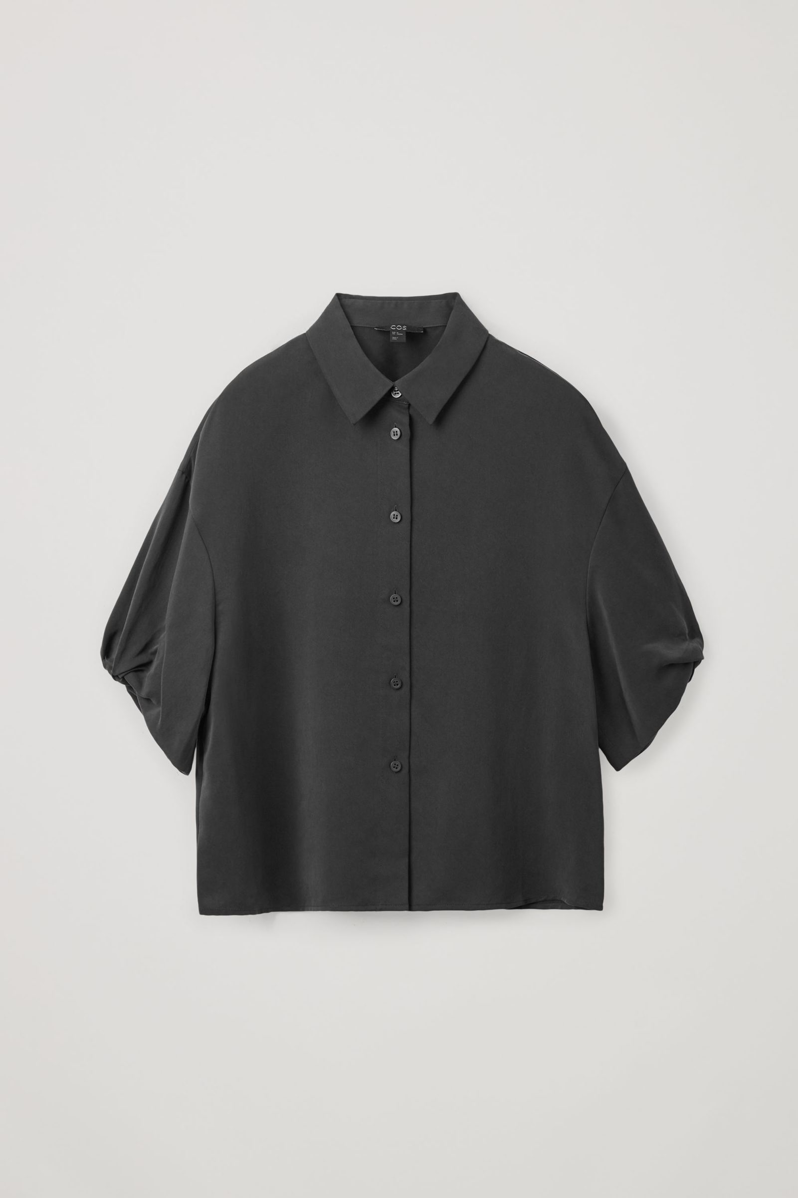 COS 쇼트 퍼프 슬리브 셔츠의 블랙컬러 Product입니다.