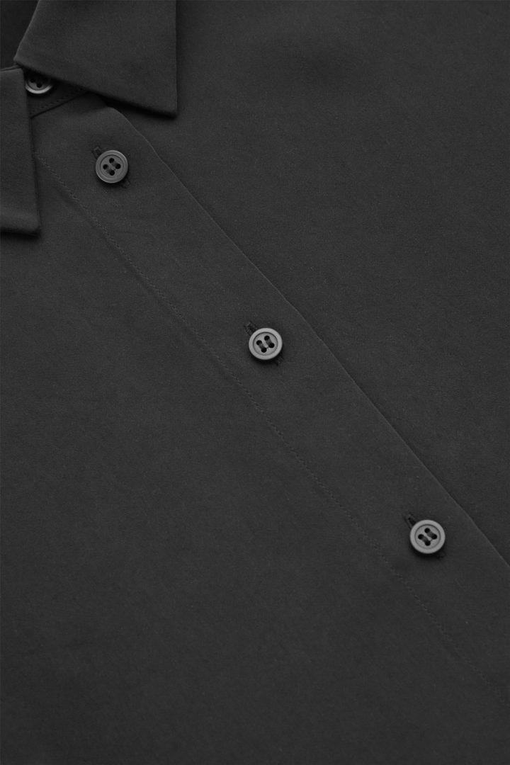 COS 쇼트 퍼프 슬리브 셔츠의 블랙컬러 Detail입니다.