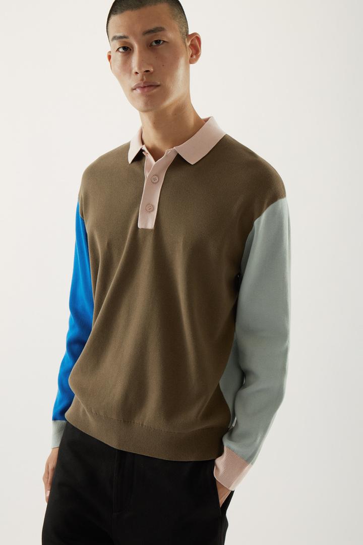 COS 니티드 롱 슬리브 폴로 셔츠의 그린컬러 ECOMLook입니다.