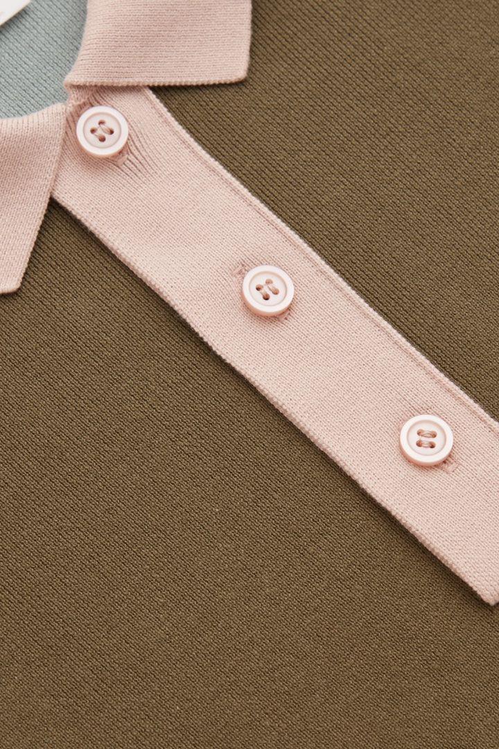 COS 니티드 롱 슬리브 폴로 셔츠의 그린컬러 Detail입니다.