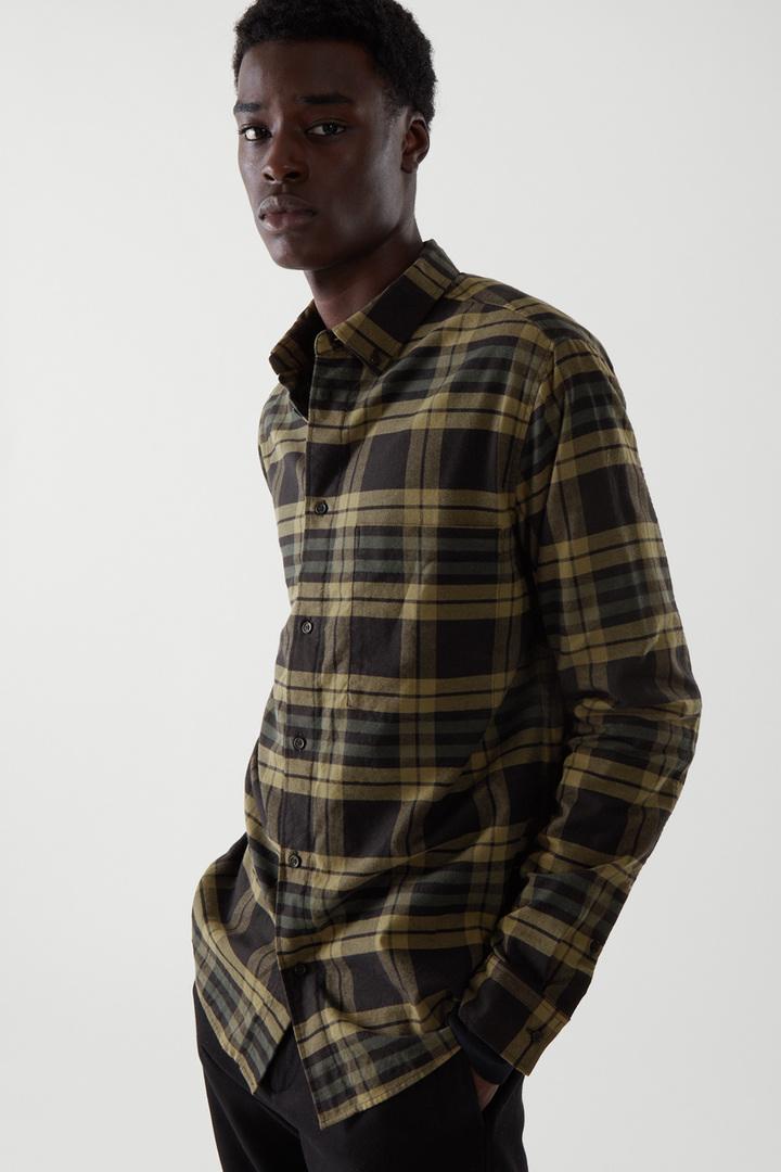 COS 플란넬 체크 셔츠의 그린컬러 ECOMLook입니다.