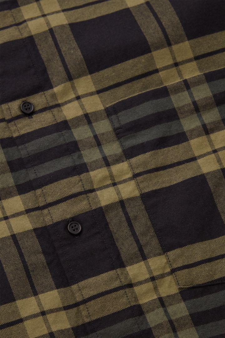 COS 플란넬 체크 셔츠의 그린컬러 Detail입니다.