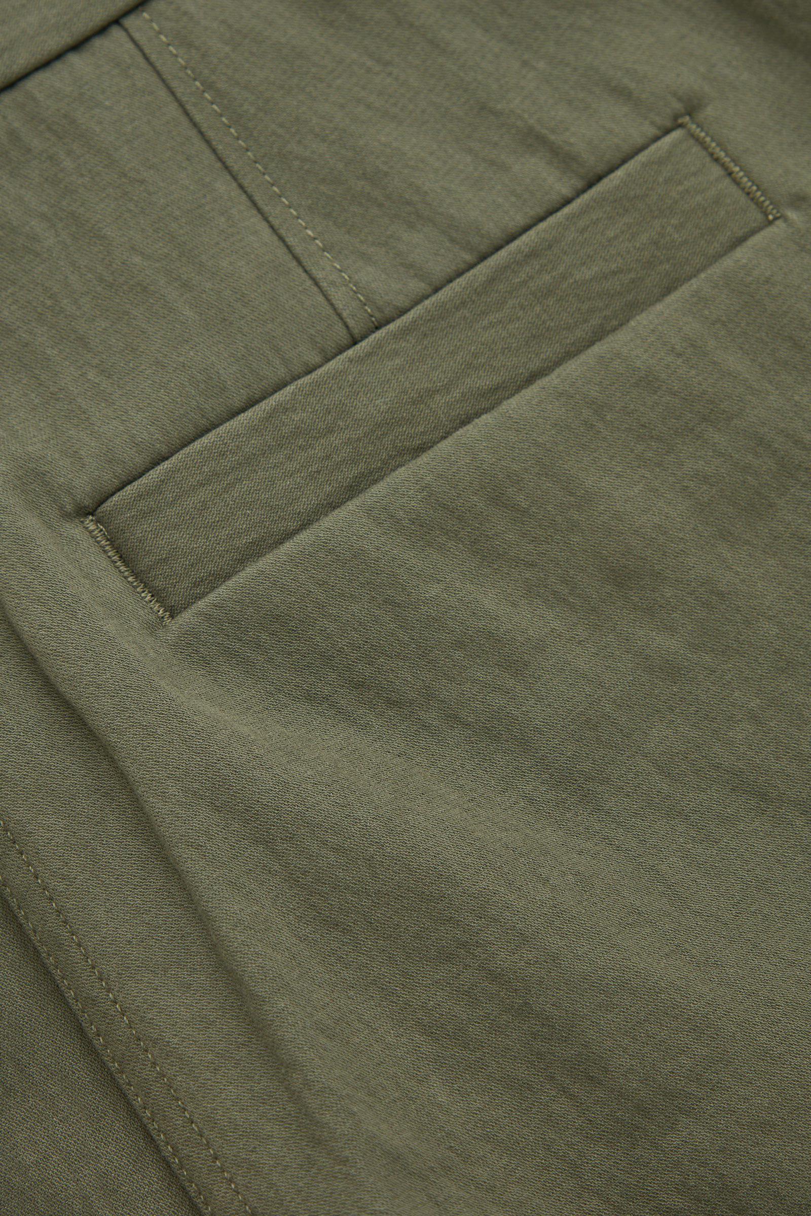 COS 오가닉 코튼 릴랙스드 치노 트라우저의 그린컬러 Detail입니다.