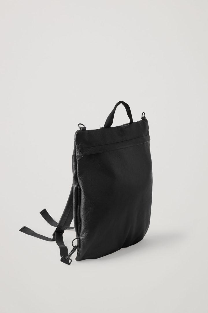 COS 그레인드 레더 백팩의 블랙컬러 Product입니다.
