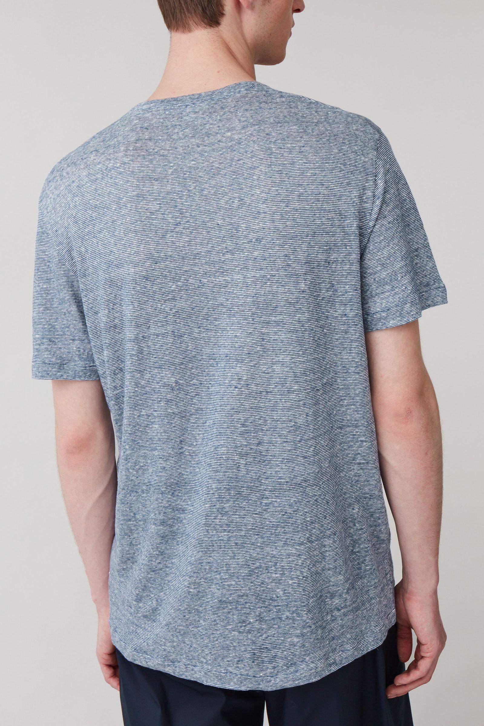 COS 쇼트 슬리브 리넨 티셔츠의 블루컬러 ECOMLook입니다.