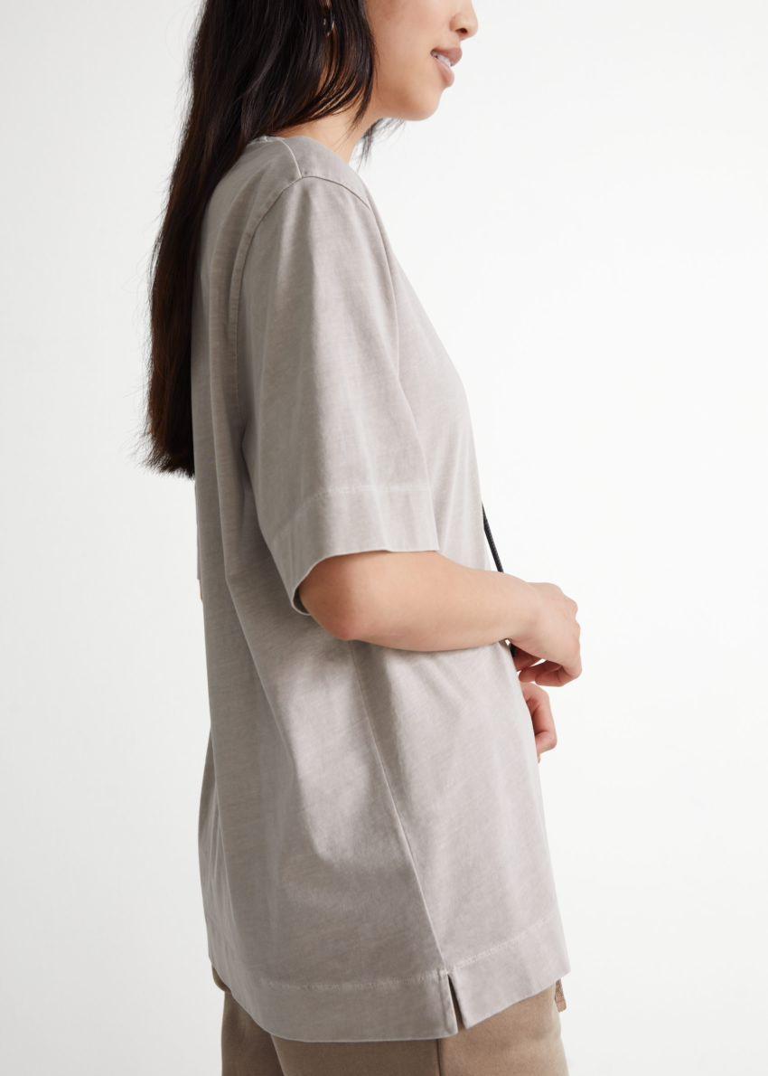 앤아더스토리즈 릴렉스드 크루넥 티셔츠의 몰컬러 ECOMLook입니다.