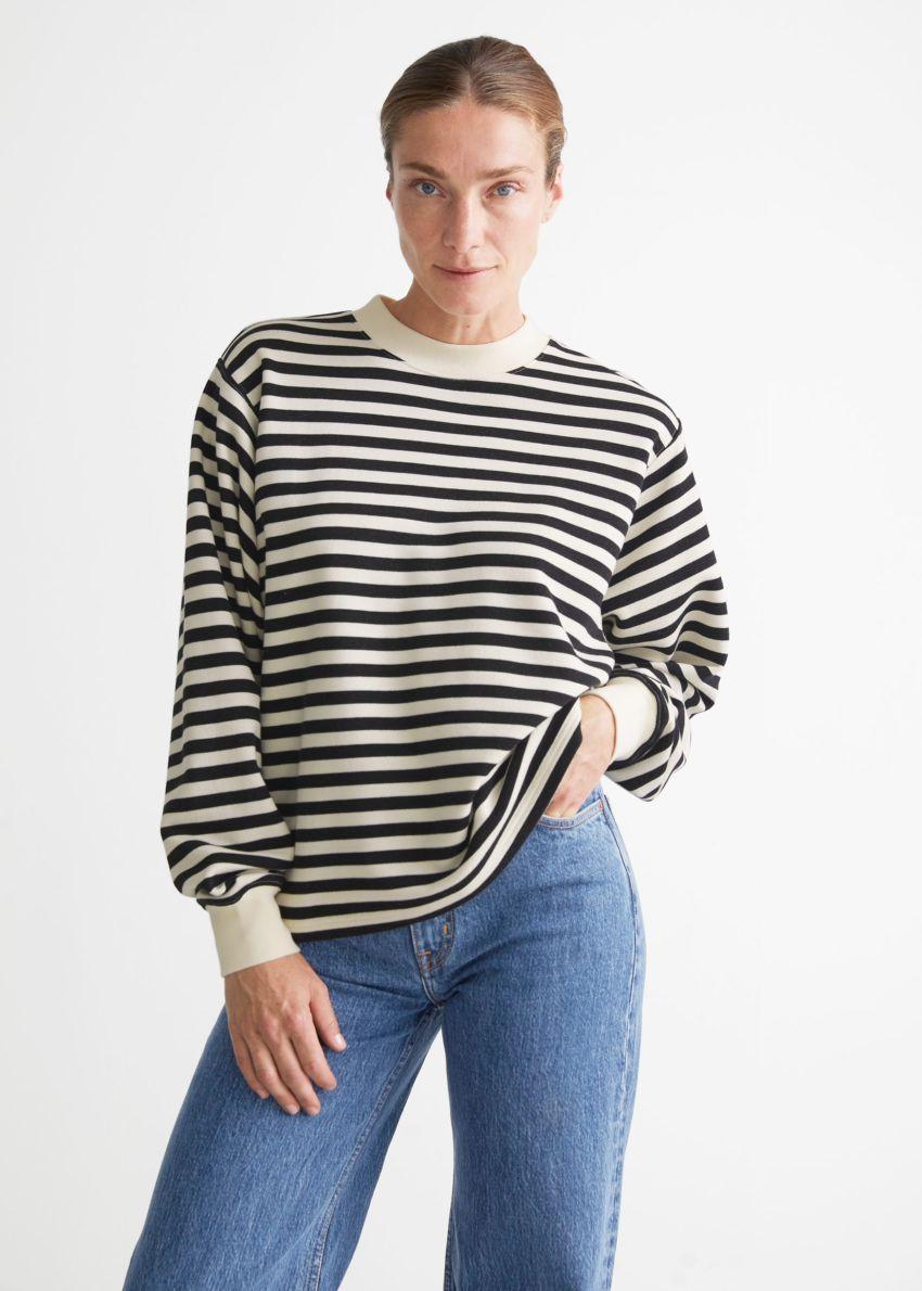 앤아더스토리즈 오버사이즈 스트라이프 스웨터의 블랙/화이트 스트라이프컬러 ECOMLook입니다.