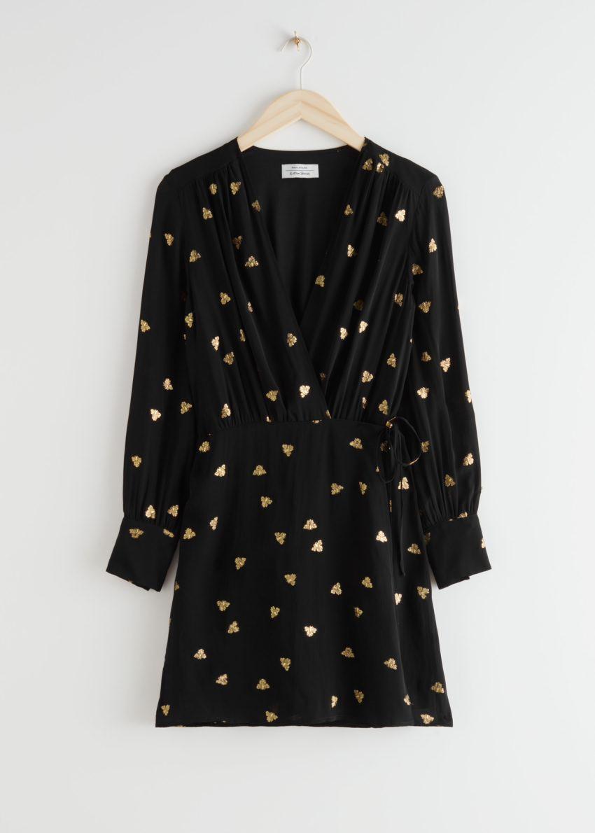 앤아더스토리즈 미니 랩 드레스의 블랙컬러 Product입니다.