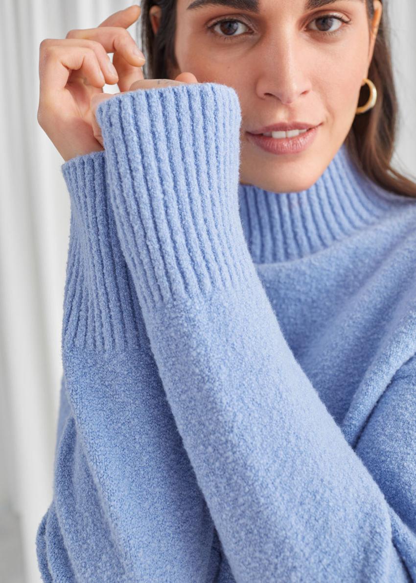 앤아더스토리즈 크롭 모크 넥 스웨터의 블루컬러 ECOMLook입니다.