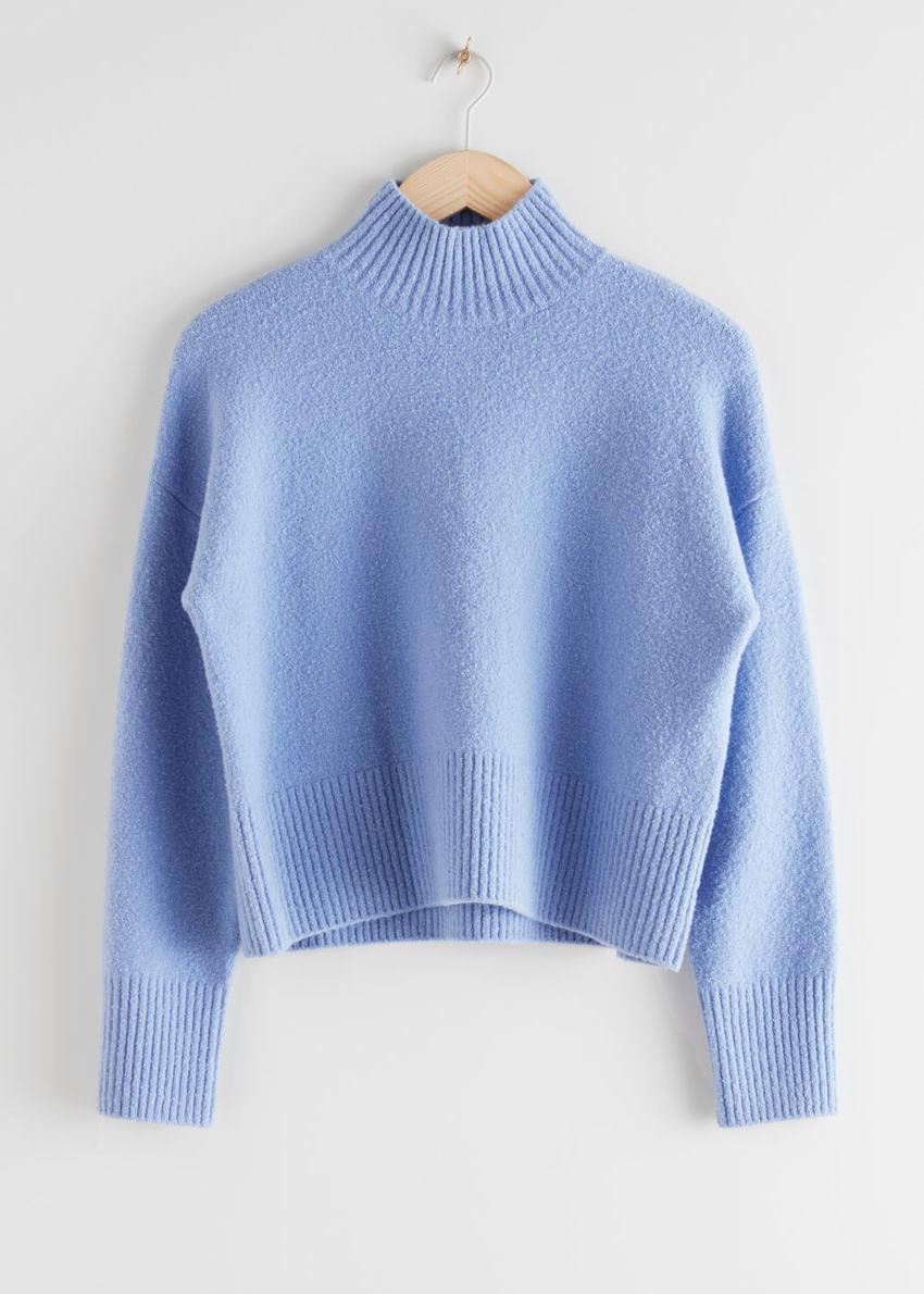 앤아더스토리즈 크롭 모크 넥 스웨터의 블루컬러 Product입니다.