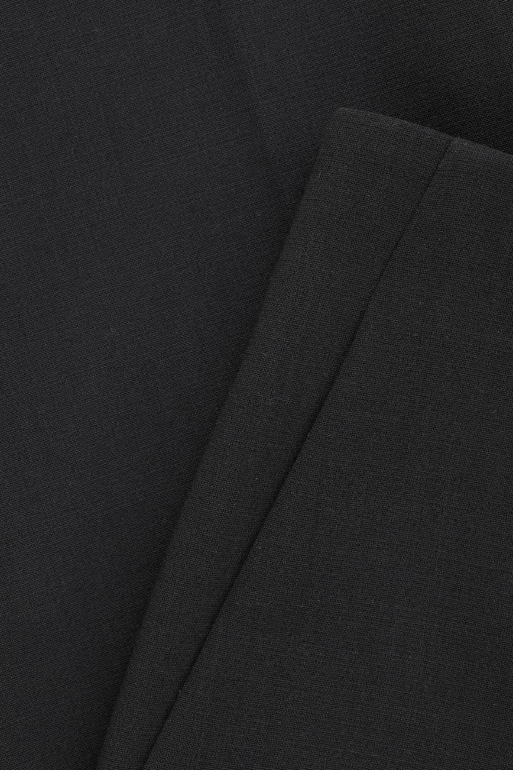 COS 스트레치 울 테일러드 트라우저의 블랙컬러 상품컷입니다.