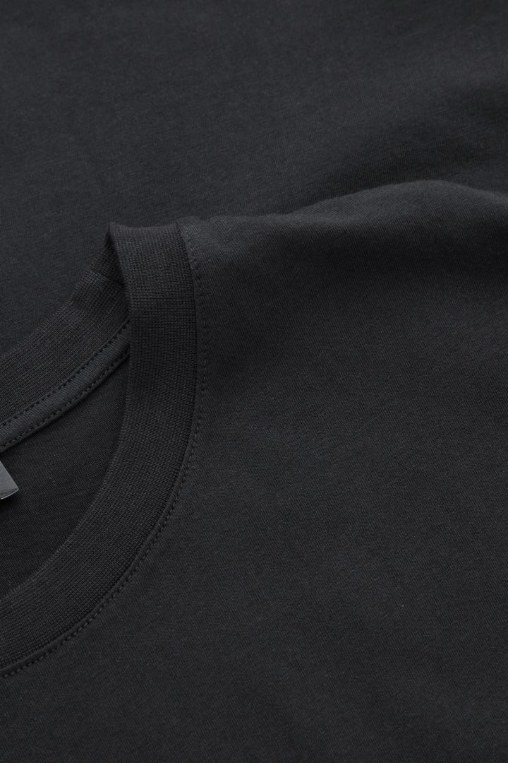 COS 레귤러 핏 슬리브리스 탑의 블랙컬러 Detail입니다.