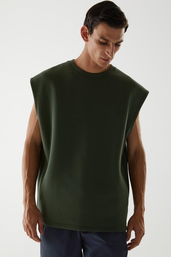 COS 오가닉 코튼 스쿠버 티셔츠의 그린컬러 ECOMLook입니다.