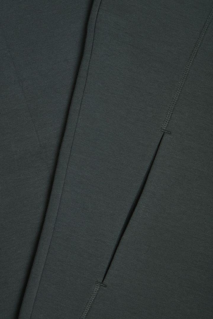 COS 오가닉 코튼 스쿠버 티셔츠의 그린컬러 Detail입니다.
