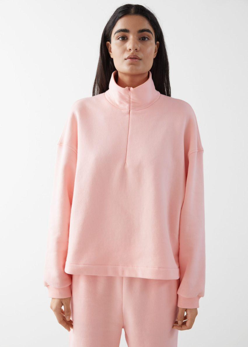 앤아더스토리즈 박시 하프 집 라운지 스웨터의 핑크컬러 ECOMLook입니다.