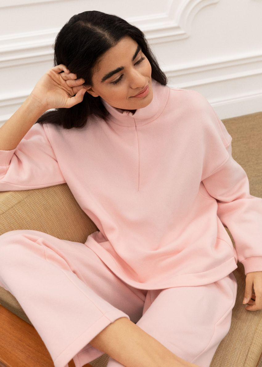 앤아더스토리즈 박시 하프 집 라운지 스웨터의 핑크컬러 Environmental입니다.