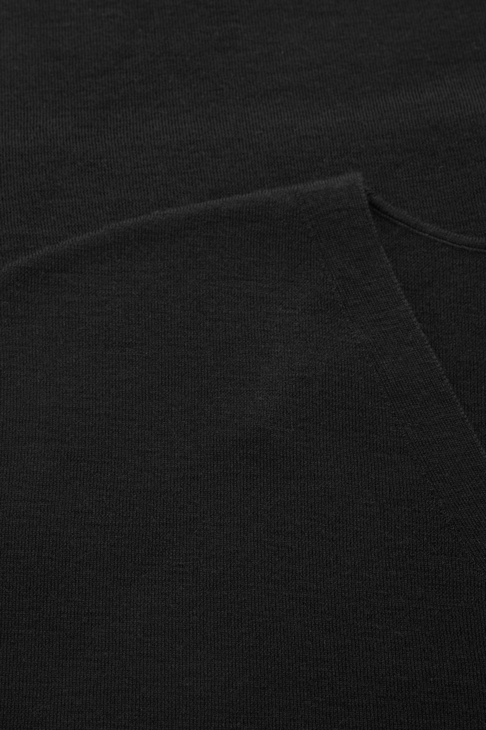 COS 스트레이트 울 튜닉의 블랙컬러 Detail입니다.