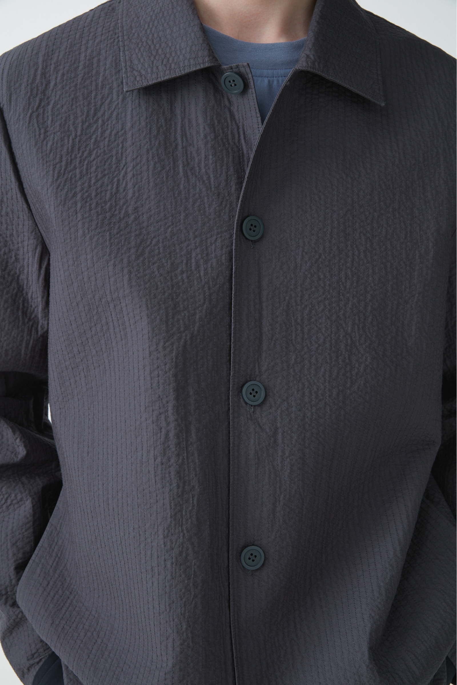 COS 탑스티치드 패디드 셔츠의 그레이컬러 ECOMLook입니다.