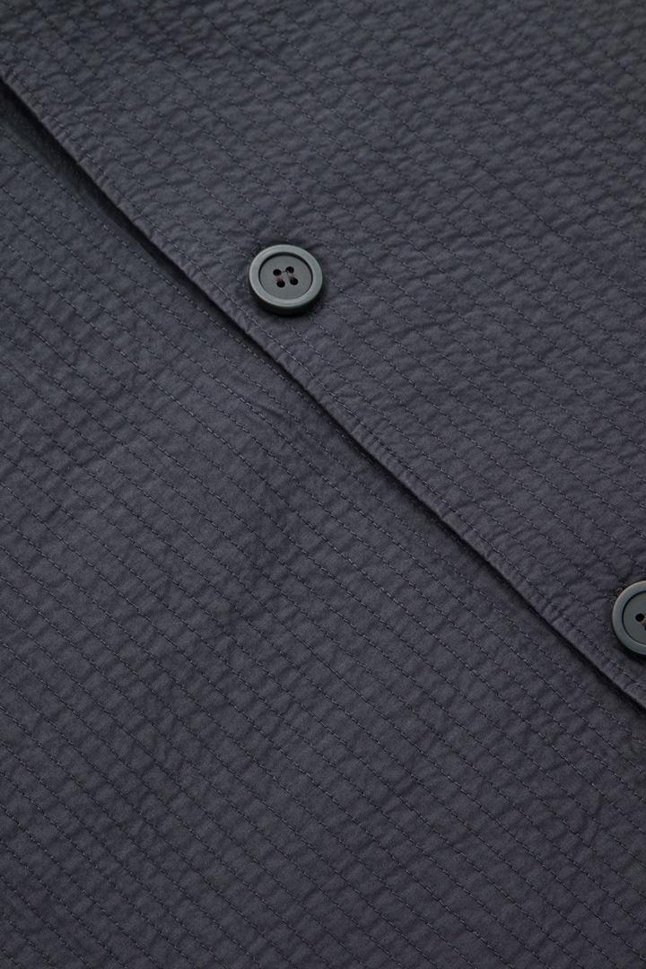 COS 탑스티치드 패디드 셔츠의 그레이컬러 Detail입니다.