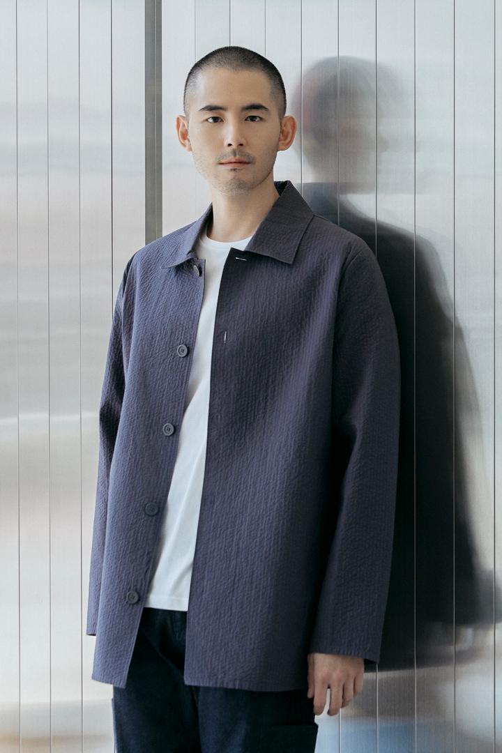 COS 탑스티치드 패디드 셔츠의 그레이컬러 Environmental입니다.
