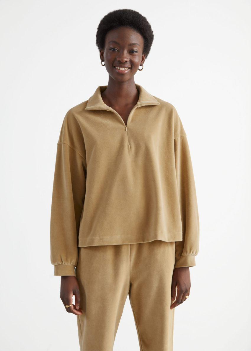앤아더스토리즈 박시 하프 집 벨루어 라운지 스웨터의 카라멜컬러 ECOMLook입니다.