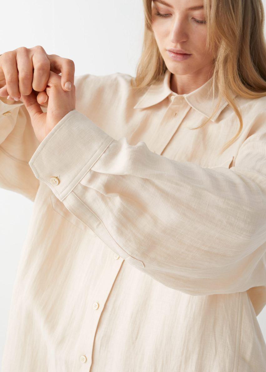 앤아더스토리즈 오버사이즈 리넨 셔츠의 베이지컬러 ECOMLook입니다.