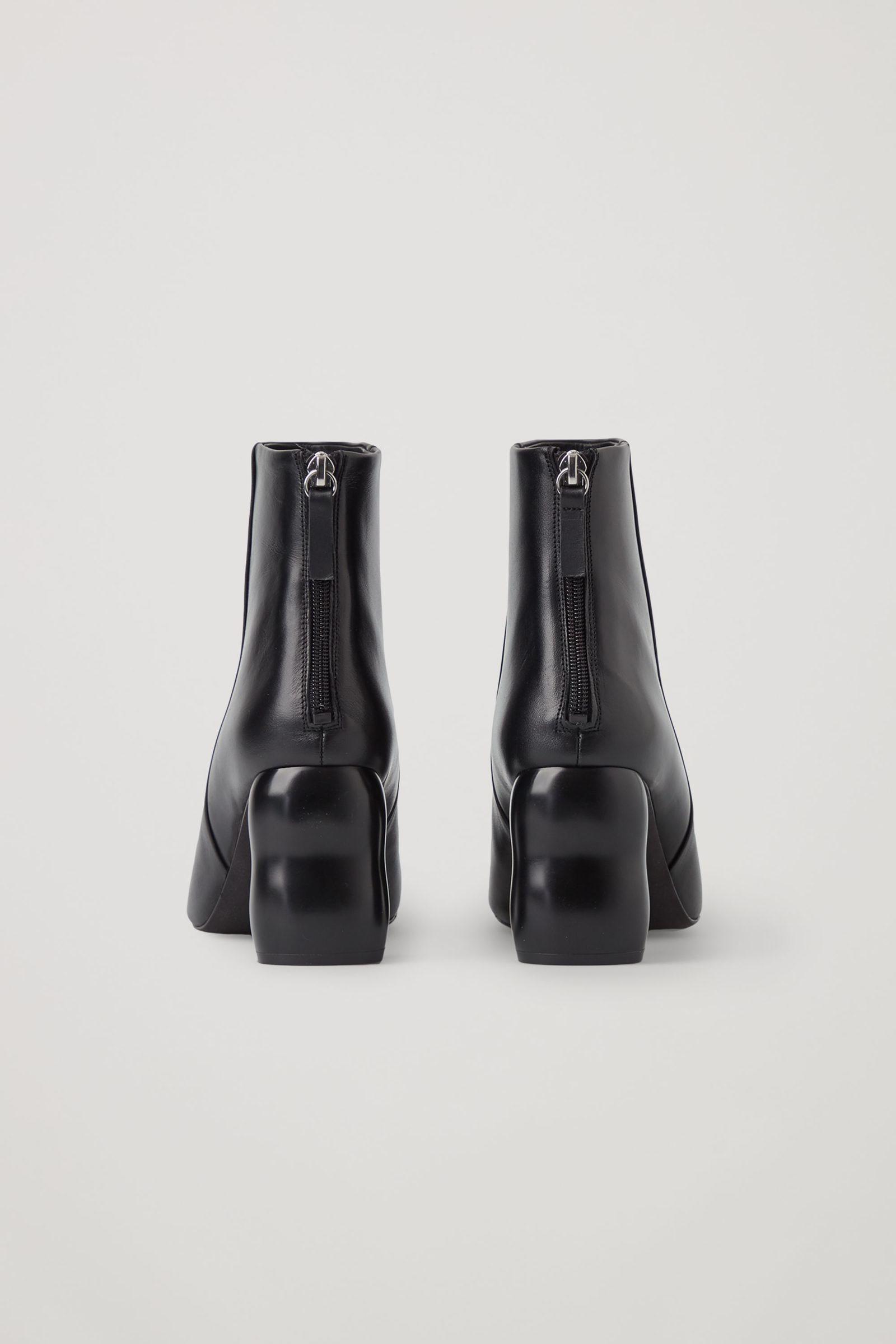 COS 힐드 레더 앵클 부츠의 블랙컬러 Product입니다.