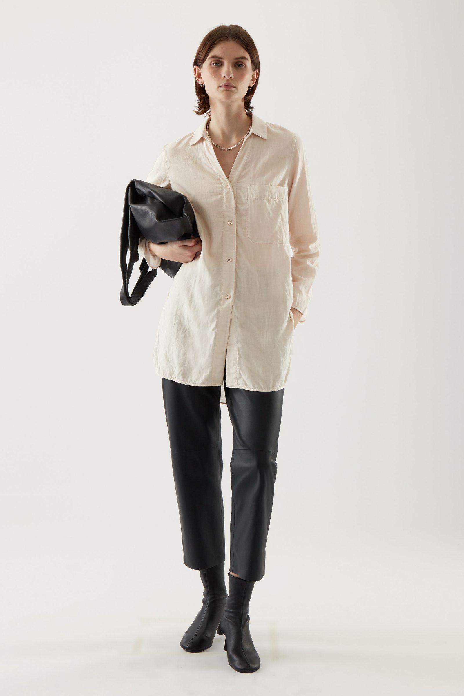 COS 오가닉 코튼 오버사이즈 튜닉 스타일 셔츠의 베이지컬러 ECOMLook입니다.