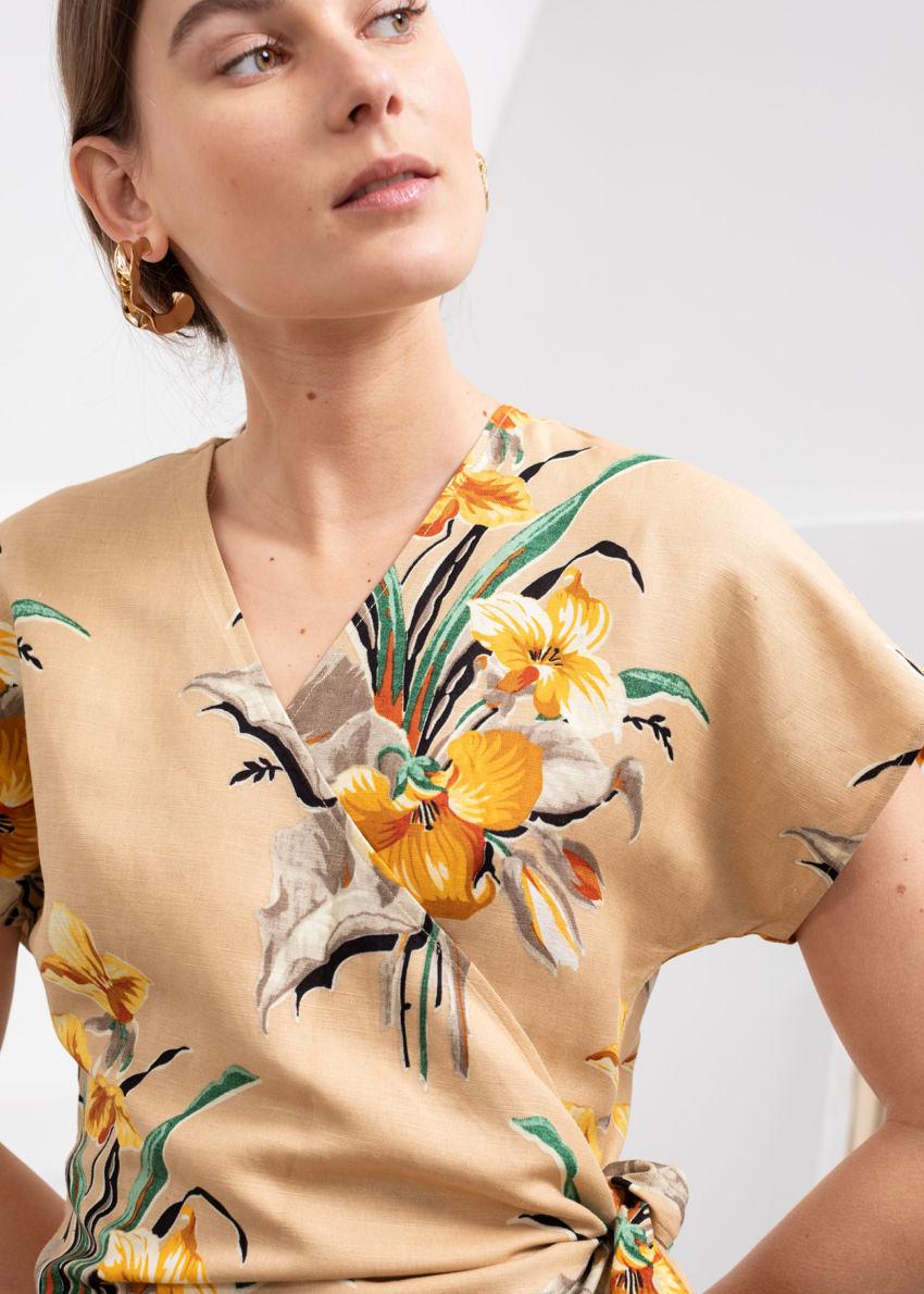 앤아더스토리즈 리넨 블렌드 랩 미니 드레스의 트로피컬컬러 ECOMLook입니다.