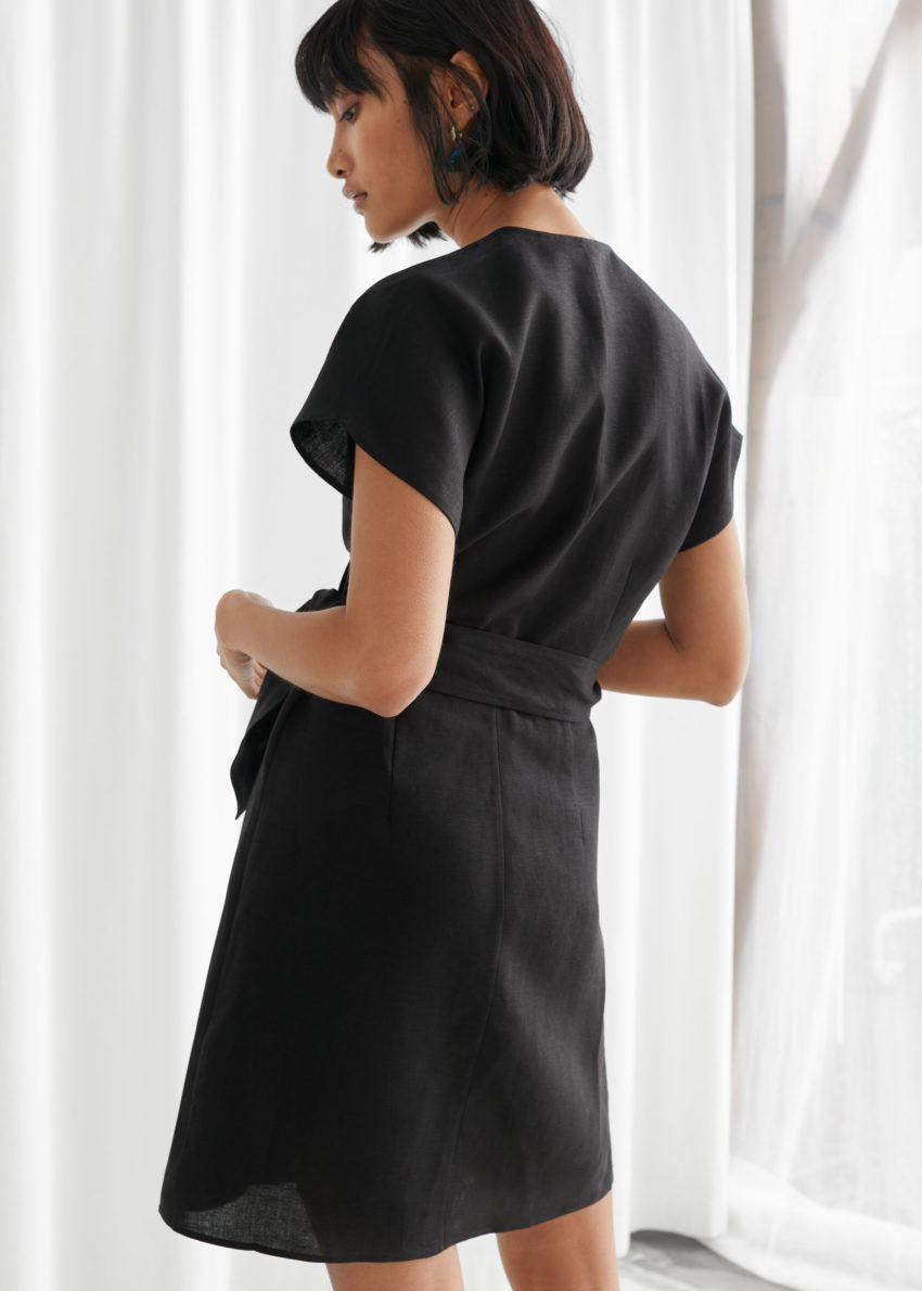 앤아더스토리즈 리넨 블렌드 랩 미니 드레스의 블랙컬러 ECOMLook입니다.