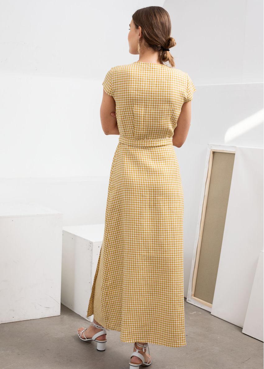 앤아더스토리즈 깅엄 리넨 미디 랩 드레스의 옐로우 깅엄컬러 ECOMLook입니다.