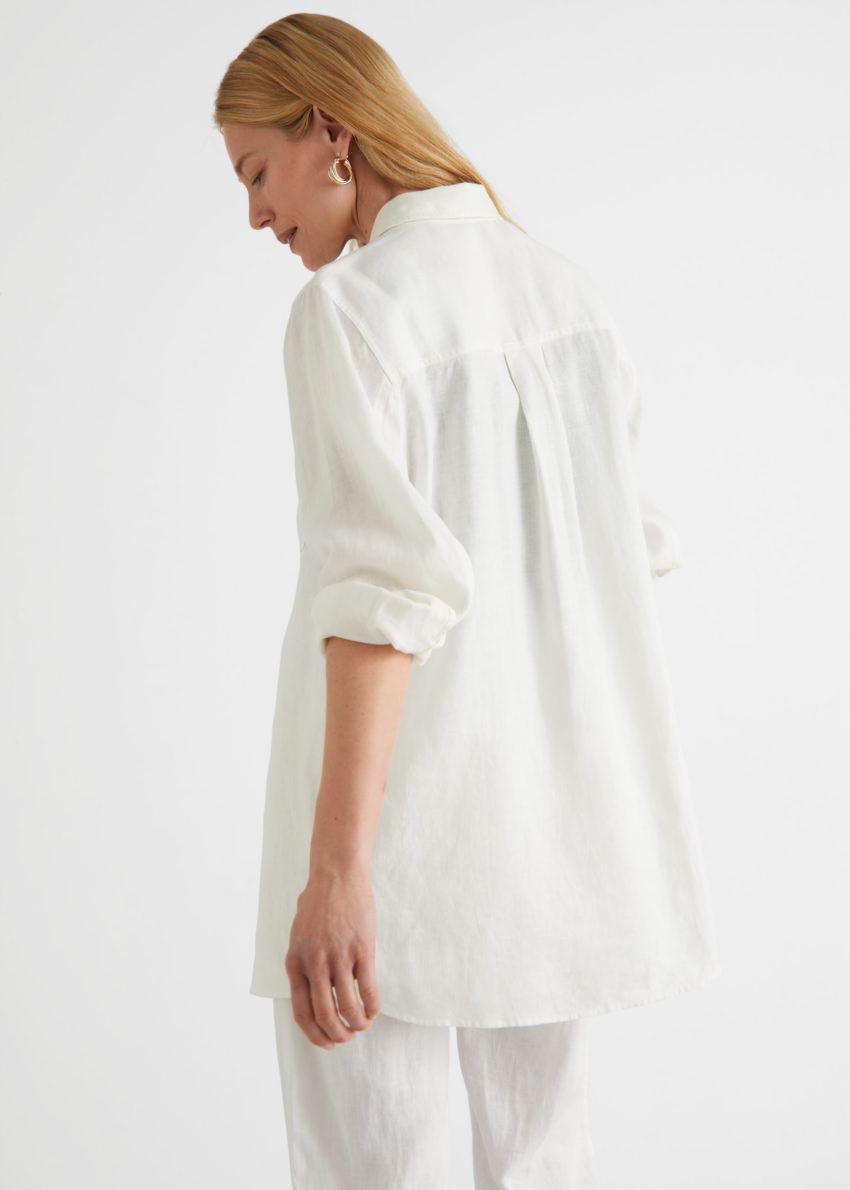 앤아더스토리즈 오버사이즈 리넨 셔츠의 화이트컬러 ECOMLook입니다.