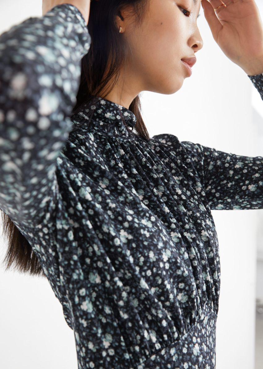 앤아더스토리즈 개더드 하이 카라 미디 드레스의 블랙 플로럴컬러 ECOMLook입니다.