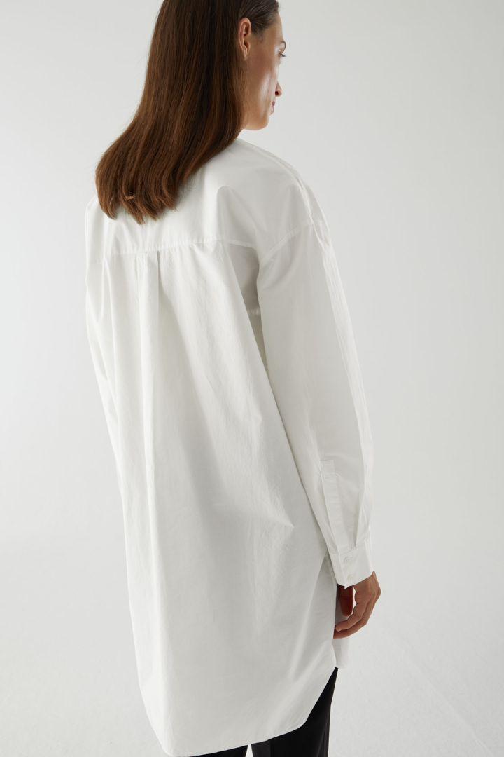 COS 코튼 포플린 셔츠 드레스의 화이트컬러 ECOMLook입니다.