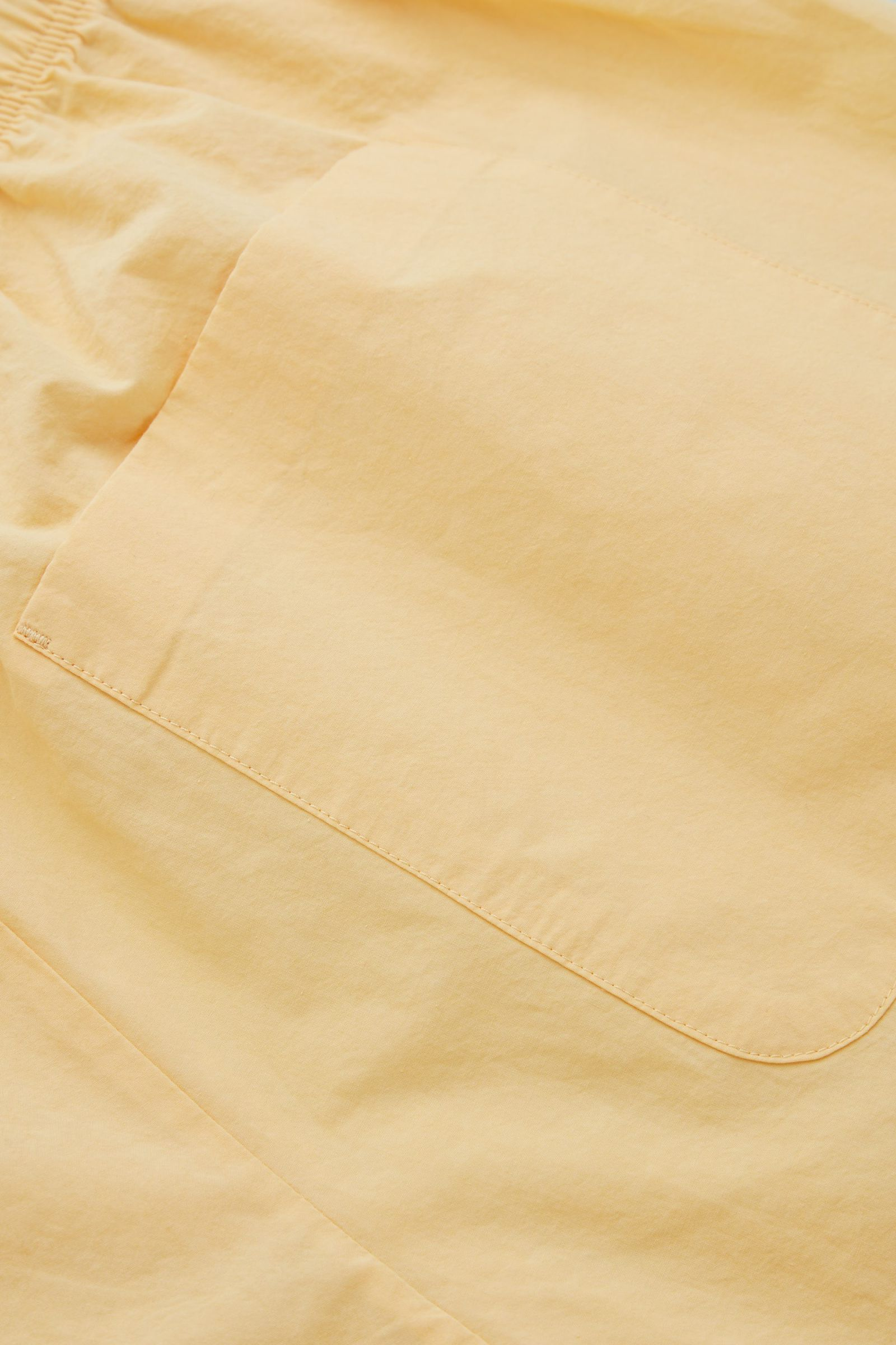 COS 드로우스트링 코튼 쇼츠의 옐로우컬러 Detail입니다.