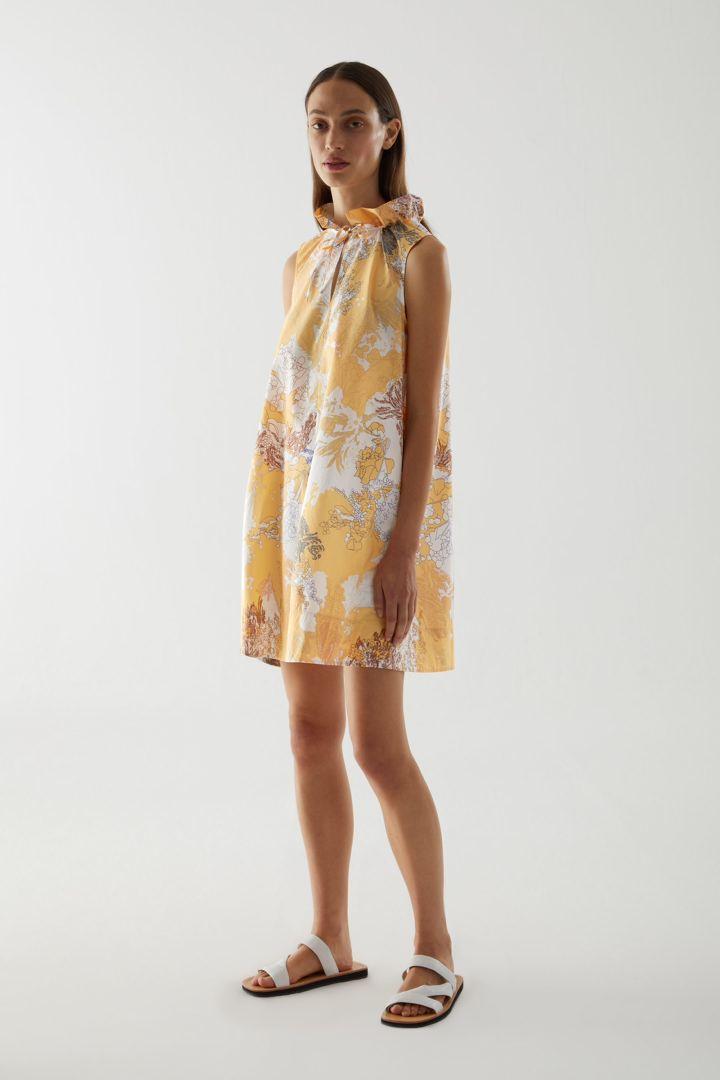 COS default image 2 of 옐로우 in 라이트 코튼 루쉬드 넥 드레스
