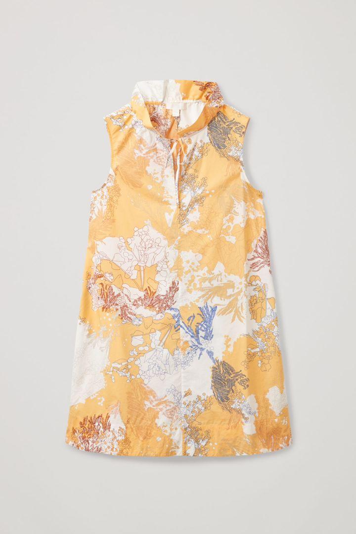 COS hover image 2 of 옐로우 in 라이트 코튼 루쉬드 넥 드레스